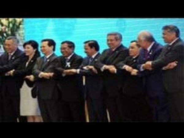 Reforms fail to cheer D-Street; fiscal cliff woes haunt