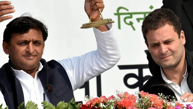 Lucknow: Uttar Pradesh Chief Minister Akhilesh Yadav with Congress Vice President Rahul Gandhi during a joint press conference in Lucknow on Saturday. PTI Photo by Nand Kumar(PTI2_11_2017_000037B)