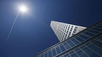 ECB sticks to easy money pledge despite better growth