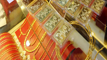 Gold steady, on track for second straight weekly gain