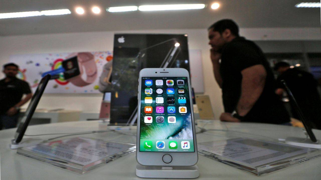An iPhone is seen on display at a kiosk at an Apple reseller store in Mumbai, India, January 12, 2017. Picture taken January 12, 2017. REUTERS/Shailesh Andrade - RTSW5TZ