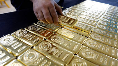 Gold near four-week high as political uncertainty weighs on dollar
