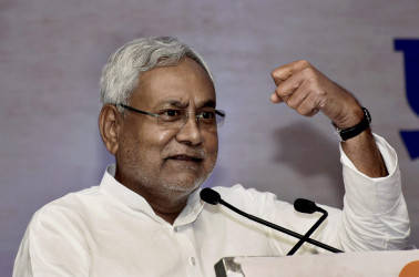 Nitish gives shock to Lalu, as dramatic when they joined hands
