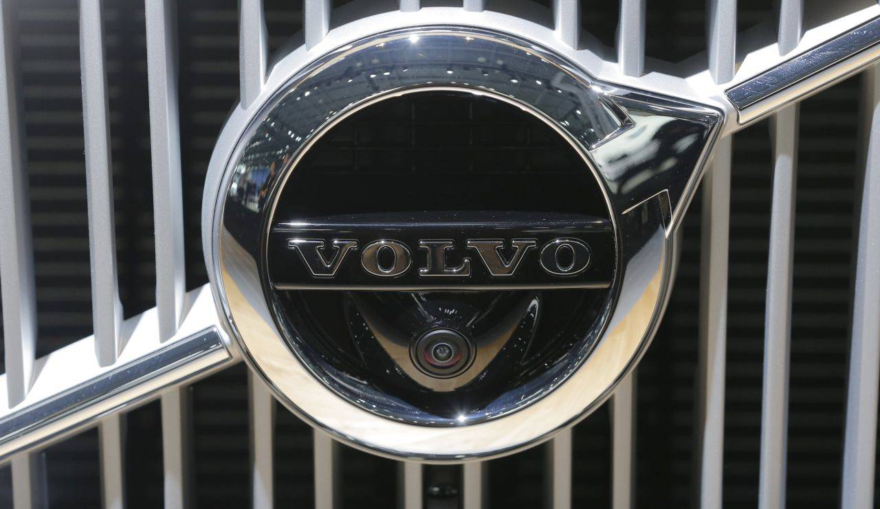 A Volvo logo is seen at the 2017 New York International Auto Show in New York City, U.S. April 13, 2017. REUTERS/Lucas Jackson - RTX35FHB