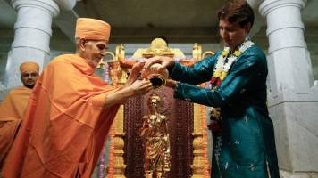 Clad in blue kurta, Canadian PM Justin Trudeau takes part in temple celebrations an avatar