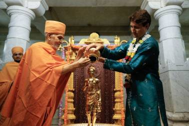 Clad in blue kurta, Canadian PM Justin Trudeau takes part in temple celebrations