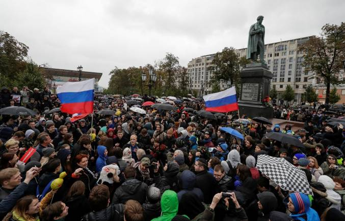 Supporters of Russian opposition leader Alexei Navalny attend a rally next to the monument of author Alexander Pushkin in Moscow, Russia October 7, 2017. REUTERS/Tatyana Makeyeva - RC1C0D0E40A0