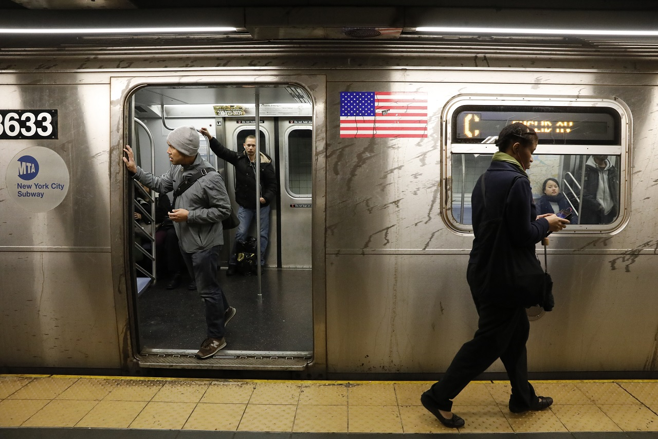 Passengers wait inside a stopped C subway train in New York City after a power failure stopped multiple subway lines during the morning commute in New York, U.S., April 21, 2017. REUTERS/Brendan Mcdermid - HP1ED4L13901C