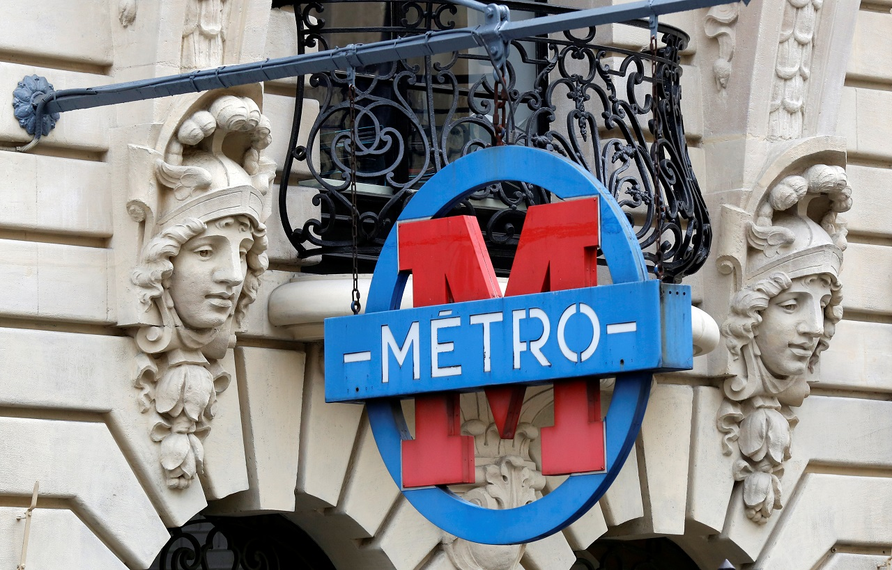The logo of the Metro is pictured in Paris, France, August 4, 2016. REUTERS/Jacky Naegelen - D1BETTSGNGAA