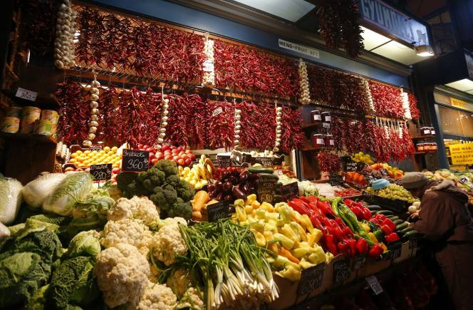 Hungary's trademark dried red peppers adorn a vegetable stand in the Great Market Hall in Budapest November 20, 2013. Budapest offers a wealth of choices for lovers of music, art and architecture in a beautiful setting on the Danube river, which bisects the city on the midpoint of its journey from the Black Forest to the Black Sea. To match Trip Tips: TRAVEL-BUDAPEST/ Picture taken November 20, 2013. REUTERS/Laszlo Balogh (HUNGARY - Tags: FOOD SOCIETY BUSINESS TRAVEL) - GM1E9BM0NCG01