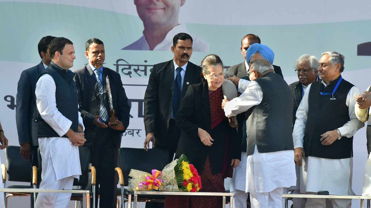 Former Congress president Sonia Gandhi being felicitated by former prime minister Manmohan Singh and senior party leaders in the presence of newly elect Congress president Rahul Gandhi in New Delhi. (PTI)