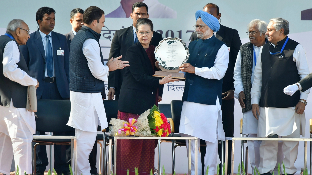 Former Congress president Sonia Gandhi being felicitated by former prime minister Manmohan Singh in the presence of newly elect party president Rahul Gandhi in New Delhi. (PTI)