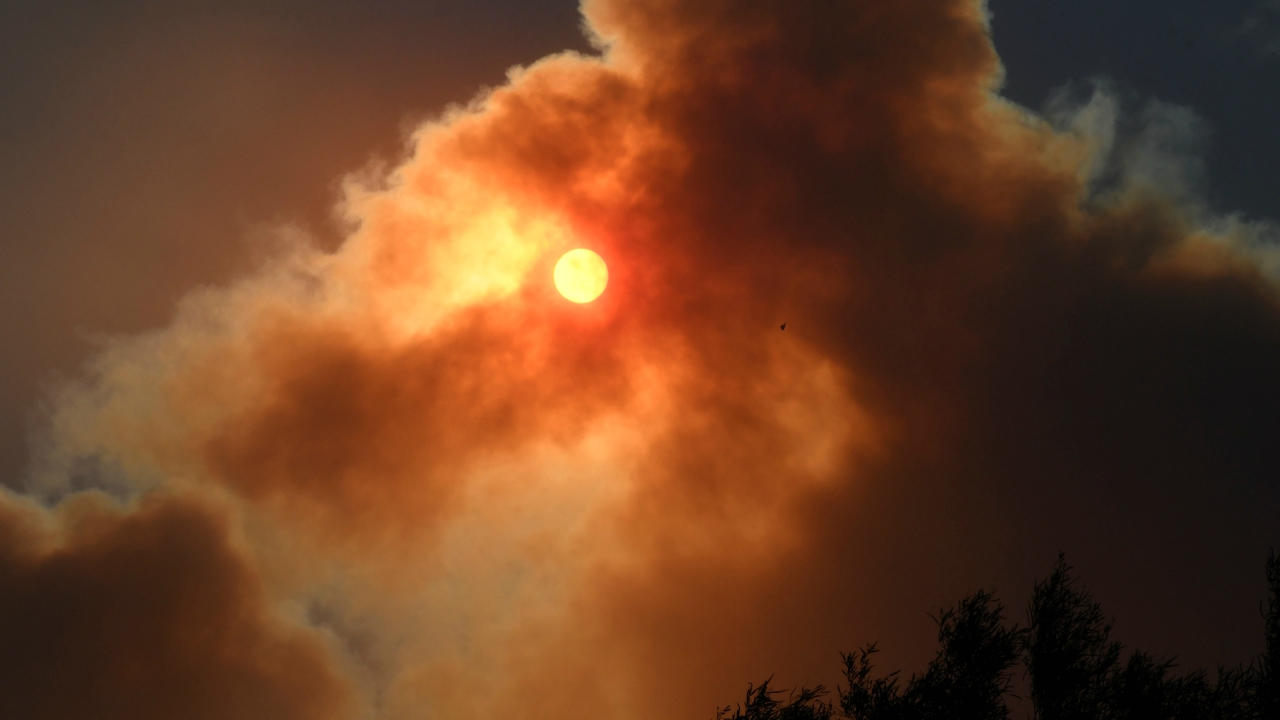 The morning sun is blocked by the thick smoke from an early-morning Creek Fire that broke out in the Kagel Canyon area in the San Fernando Valley north of Los Angeles in Sylmar, California. (Reuters)