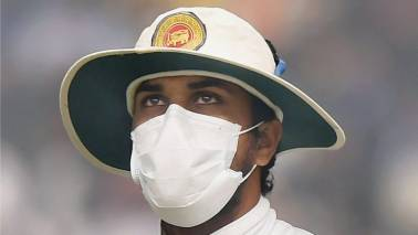 Mask-wearing Lankans force India to declare on smog-hit day