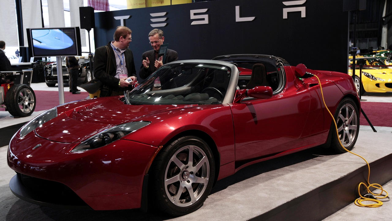 The Tesla Roadster electric vehicle is displayed during press days at the North American International Auto Show in Detroit, Michigan January 13, 2009. REUTERS/Rebecca Cook (UNITED STATES) - GM1E51E0O3L01