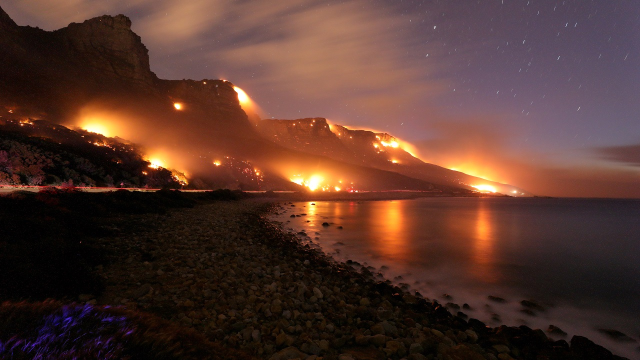 Wildfires burn along the Twelve Apostles area of Table Mountain in Cape Town, South Africa on October 13, 2017. (Reuters)