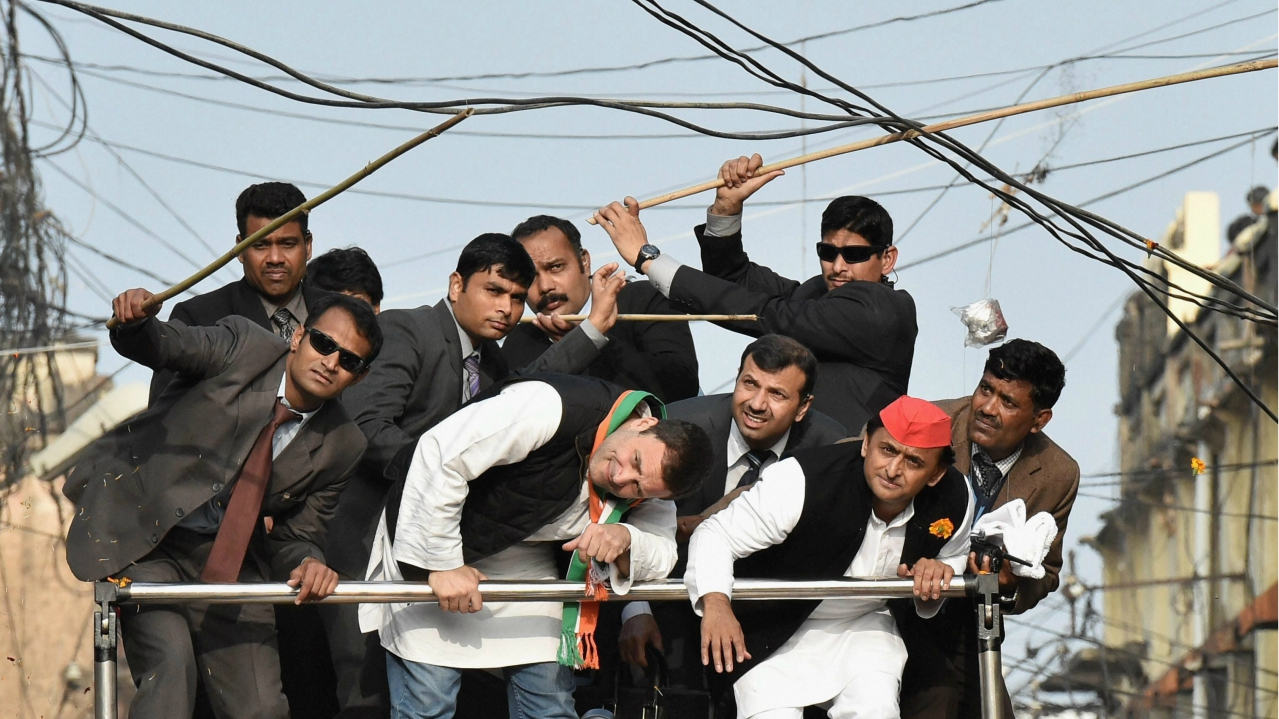 Security persons pushing away electric cables above Samajwadi Party's Akhilesh Yadav and Congress leader Rahul Gandhi as they duck to avoid them during a road show in Lucknow on January 29, 2017. (PTI)
