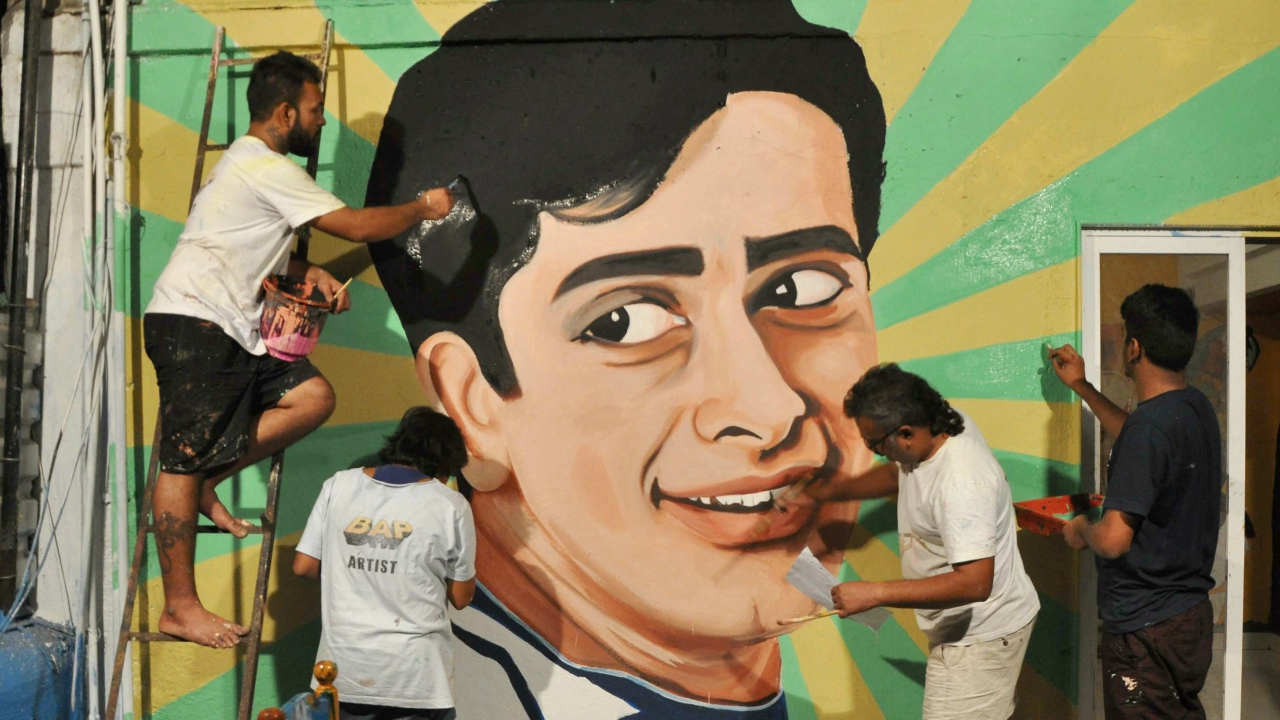 An artist made painting to tribute legendary actor Shashi Kapoor at Bandra in Mumbai. (PTI)