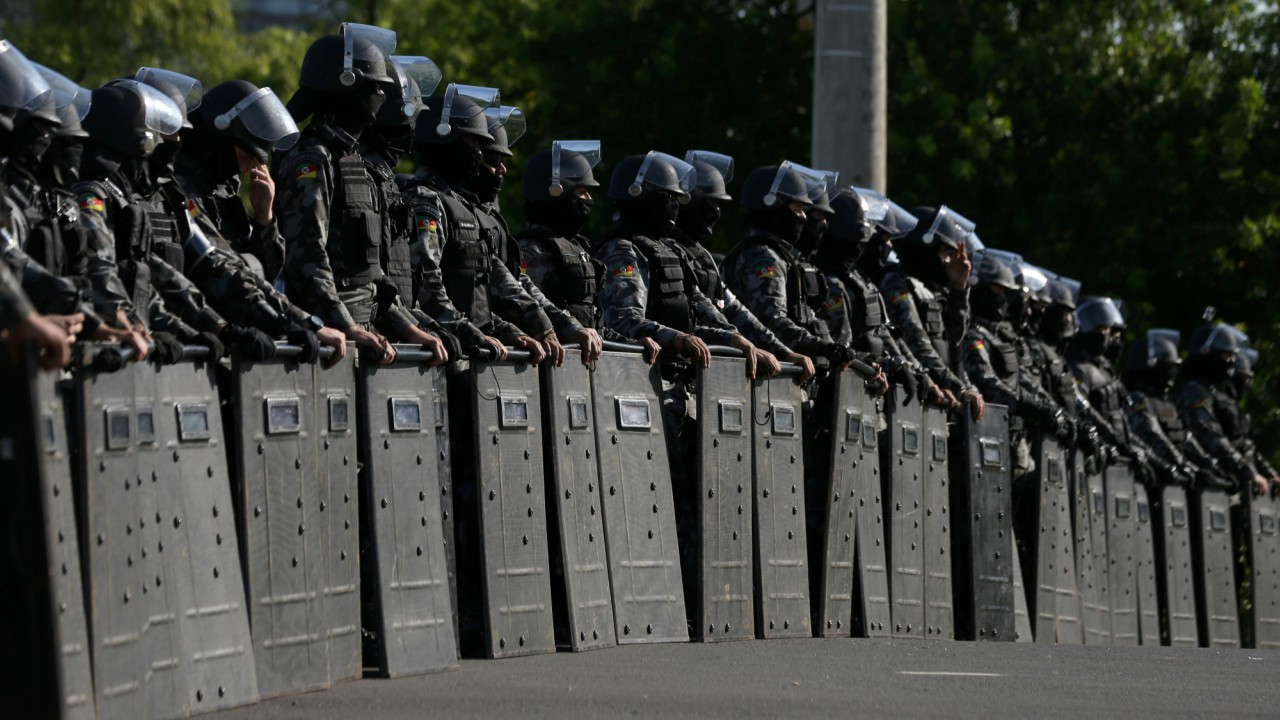 Riot police officers take position before a Brazilian court decides on an appeal by former Brazilian President Luiz Inacio Lula da Silva against a corruption conviction that could bar him from running in the 2018 presidential race, in Porto Alegre, BraziL. (REUTERS)