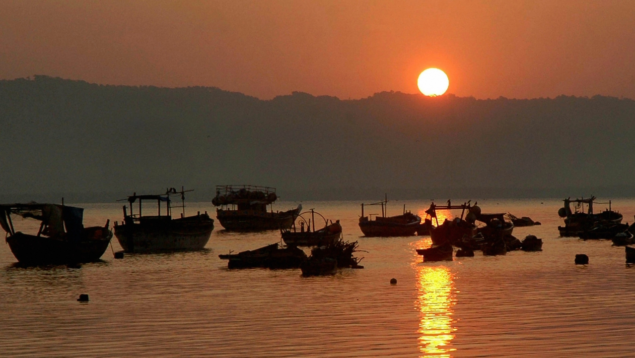 The first sunrise of 2018 as seen from Bhayandar Chowpatti, in Mumbai on Monday. (PTI)