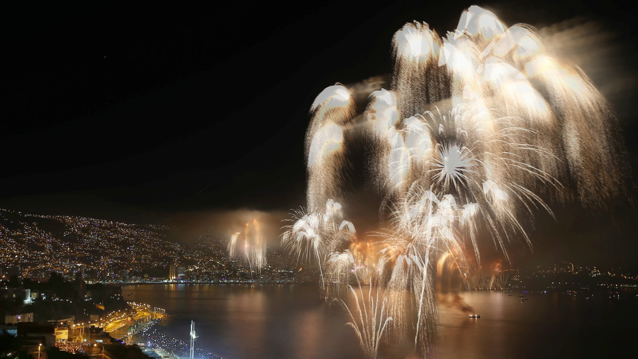 Fireworks explode during a pyrotechnic show to celebrate the new year in the coastal city of Valparaiso, Chile. (Reuters)