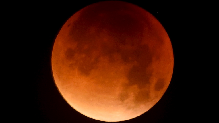 A Supermoon And Lunar Eclipse Will Hen Together Tomorrow Which Means The Moon Ear Larger Than Usual Reddish In Colour