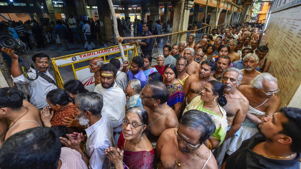 People wait in long queue to pay their last respects to Jayendra Saraswathi Shankaracharya, 82, the 69th pontiff of the Kanchi Mutt, who died in Tamil Nadu's Kanchipuram. (PTI)