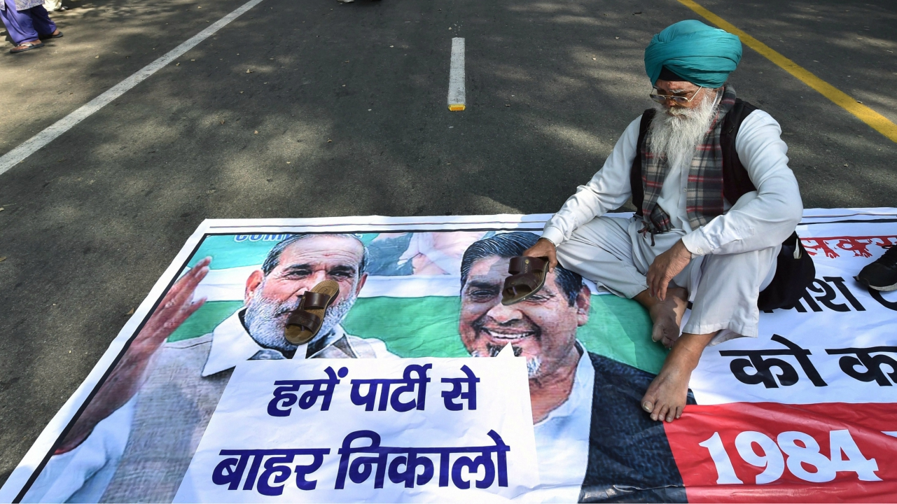 A family member of victims of 1984 anti-Sikh riots protests against senior Congress leaders Jagdish Tytler and Sajjan Kumar, in New Delhi on Friday. (PTI)
