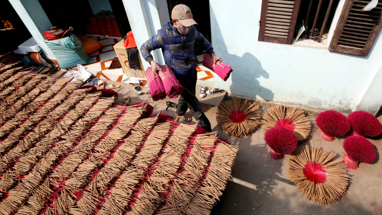 A man dries incense in preparation for Tet, the traditional Vietnamese Lunar New Year festival, in Hong Chau village, outside Hanoi, Vietnam February 8, 2018. (Reuters)
