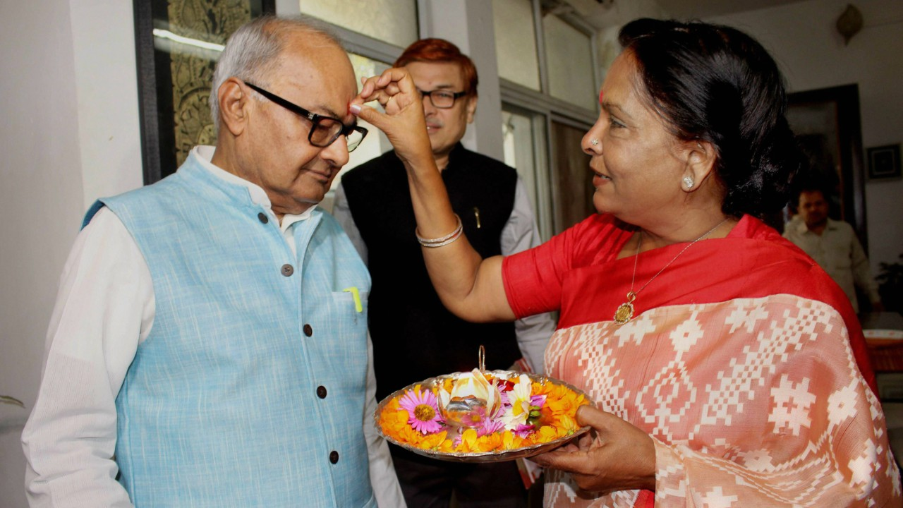 Madhya Pradesh Finance Minister Jayant Malaiya's wife Sudha Malaiya applies 'tilak' before he leaves to present the Annual Budget 2018-19 in the Assembly, at his residence in Bhopal.(PTI)