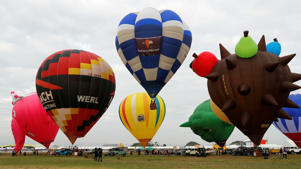 Balloonists from different countries prepare to take off during the start of the 22nd Philippine International Hot Air Balloon Fiesta, in Pampanga, Philippines February 8, 2018. (Reuters)