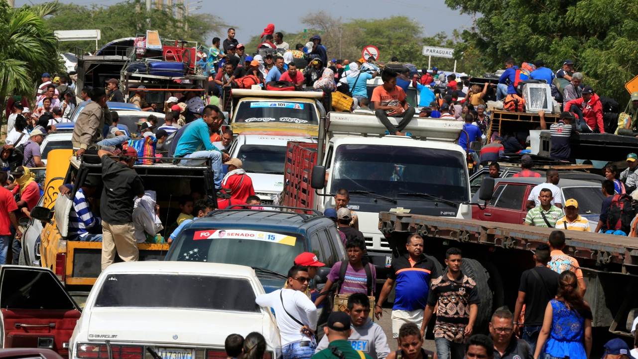 Venezuelans line up to cross into Colombia at the border in Paraguachon, Colombia. (REUTERS)