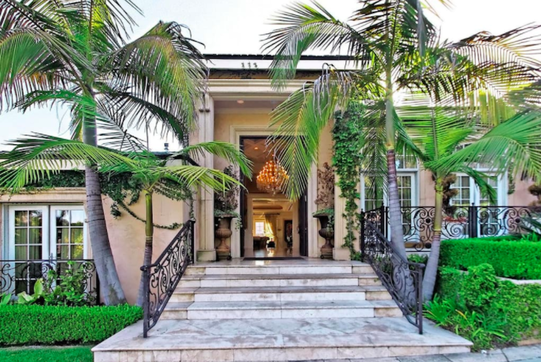 This Beverly Hills home in the spectacular city of lights is just a five-minute walk from Rodeo Drive, Santa Monica and West Hollywood. A luxurious 6-bedroom property inclusive of a jacuzzi, a beautiful pool and a private tennis court, is perfect for a relaxing vacation, a break from the monotony of everyday life! This mansion comes at Rs 1,97,676 per night.