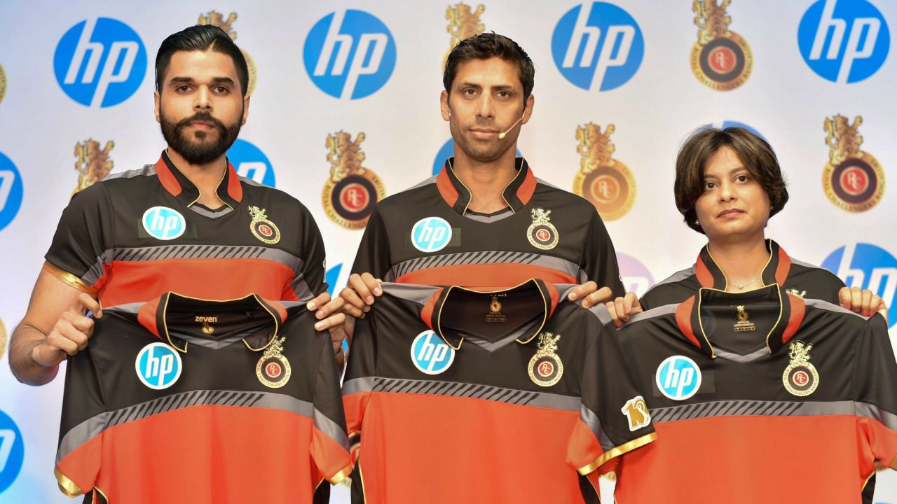 (L-R) RCB Head of Business Partnerships Nikhil Sosale, RCB bowling coach Ashish Nehra and HP Country Marketing Director Neelima Burra unveil RCB team jersey for IPL 2018 during an event in New Delhi. (PTI)