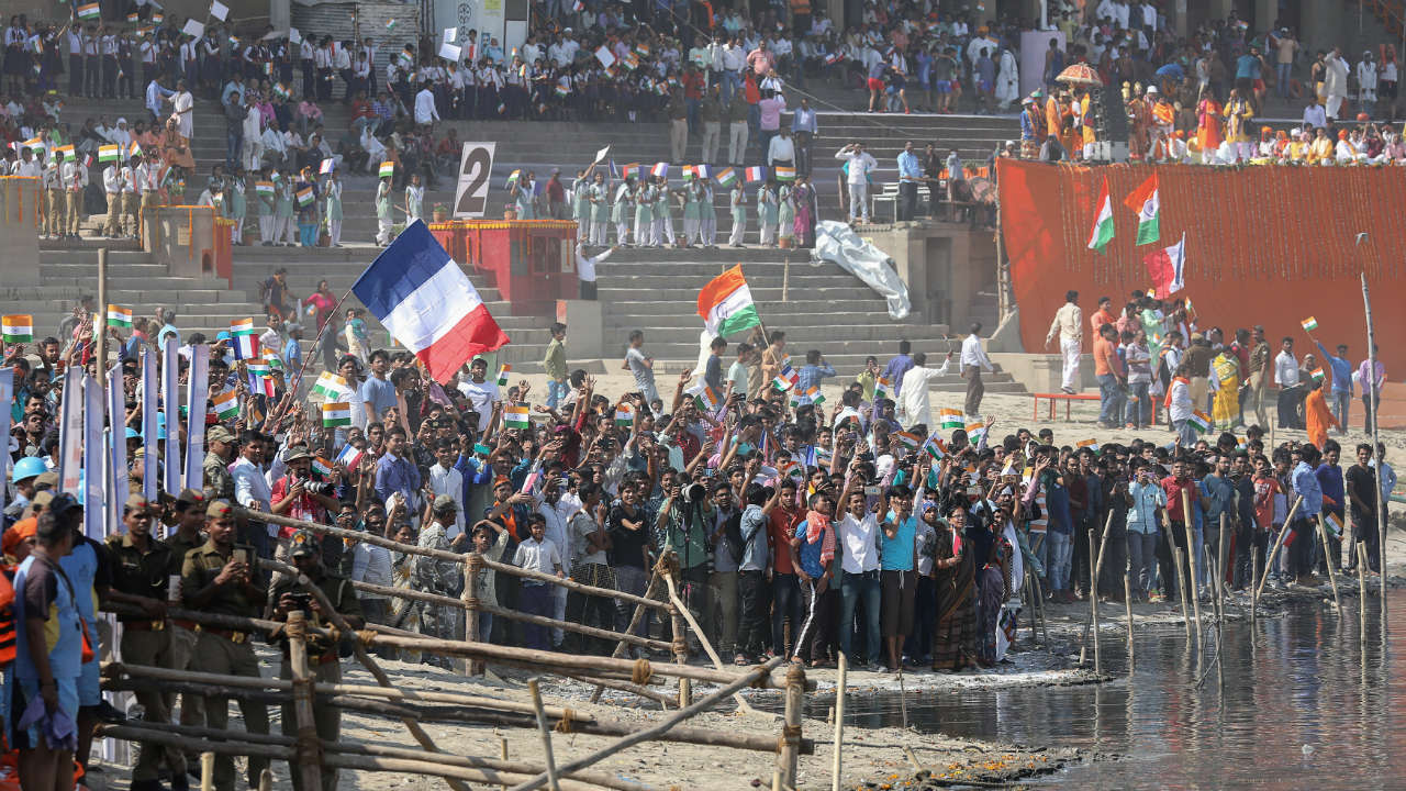 Crowd waits for the arrival of French President Emmanuel Macron and Indian Prime Minister Narendra Modi in Varanasi, Uttar Pradesh. (Photo: Reuters)