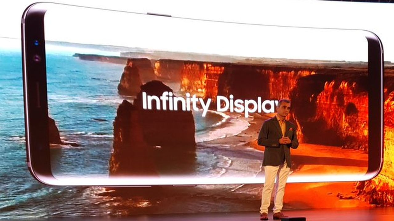 Coming to display, the phone sports a 5.8-inch screen, thin bezels, Quad HD+, curved glass sAMOLED (super AMOLED) display. (Twitter/Samsung Mobile India)