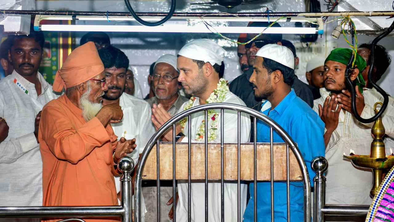 Congress President Rahul Gandhi at Dargah Hazrat Baba Hyder Vali at Mulbagal ahead of Karnataka Assembly elections in Kolar on 7th April 2018. (PTI Photo)
