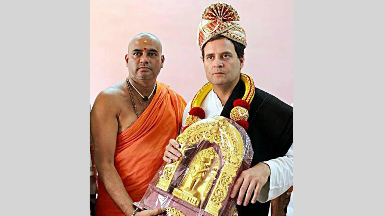 Congress President Rahul Gandhi receiving a souvenir from the head of Shri Kanaka Gurupeta at Kaginele Sri Niranjanananda Puri, during former's Janaashirvada Yatra ahead of Karnataka Assembly elections in Harihara on 3rd April 2018. (PTI Photo)