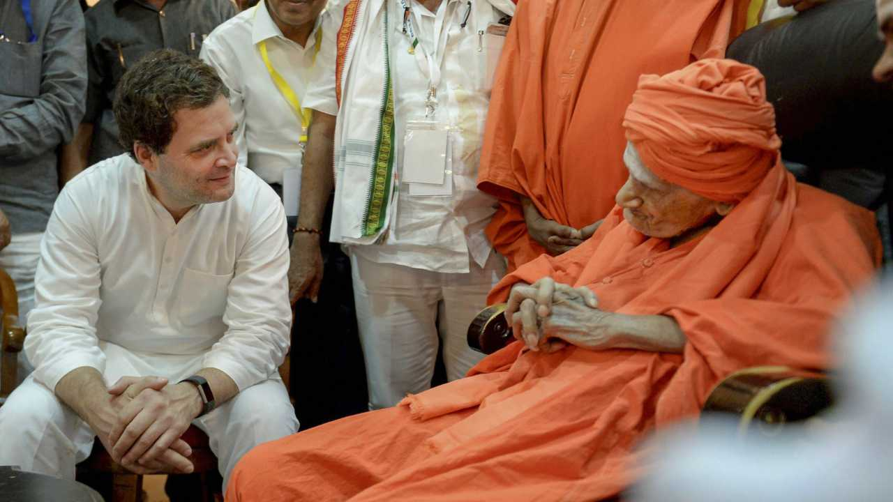 Congress President Rahul Gandhi meets with the chief pontiff of Siddaganga Mutt, Shivakumara Swami, in Tumakuru on 4th April 2018. (PTI Photo)