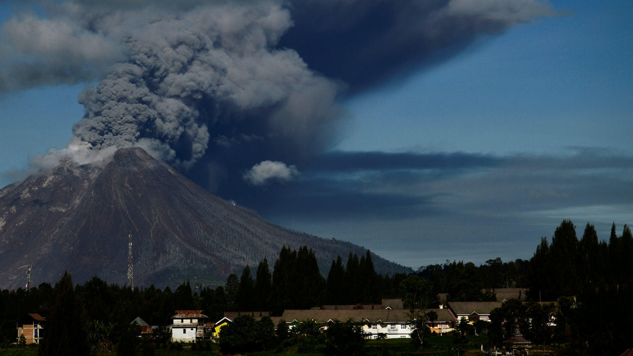 Mount Sinabung volcano spews volcanic ash into the air during an eruption in Karo, North Sumatra, Indonesia. (Photo: Reuters)