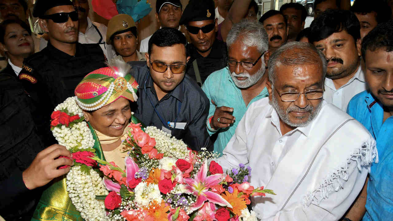 BSP chief Mayawati is accorded grand welcome by her party workers and JD(S) supporters during her visit for campaign for Karnataka Assembly Elections in Mysore.(PTI)