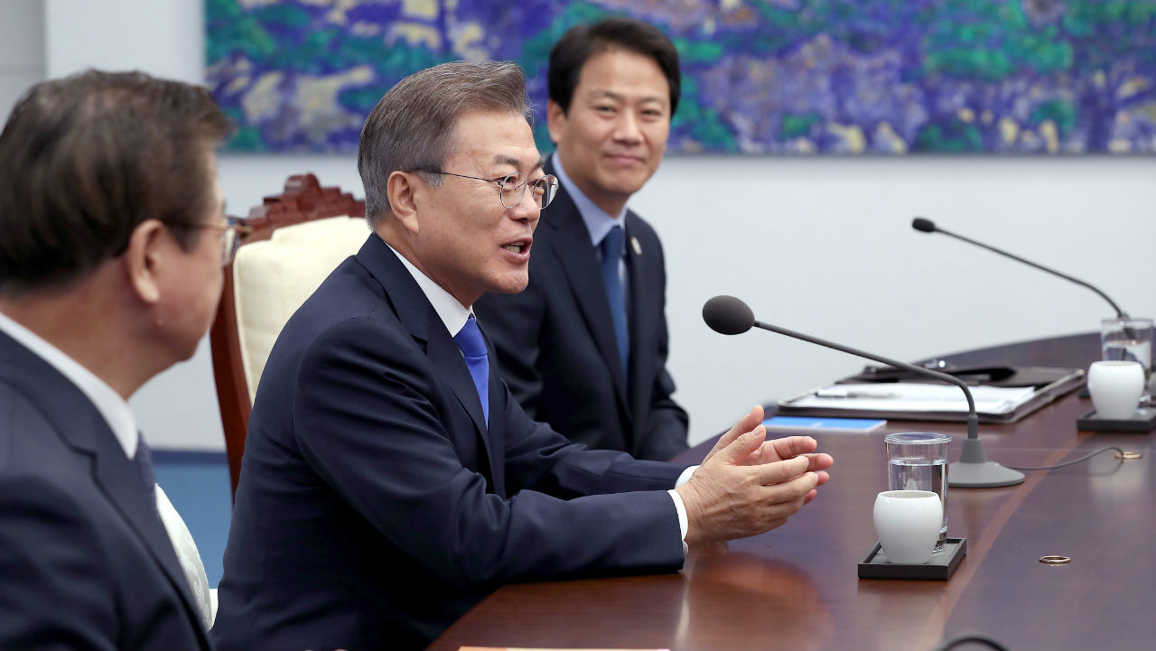 Moon talks with during the meeting with Kim at the Peace House. (Image: Reuters)