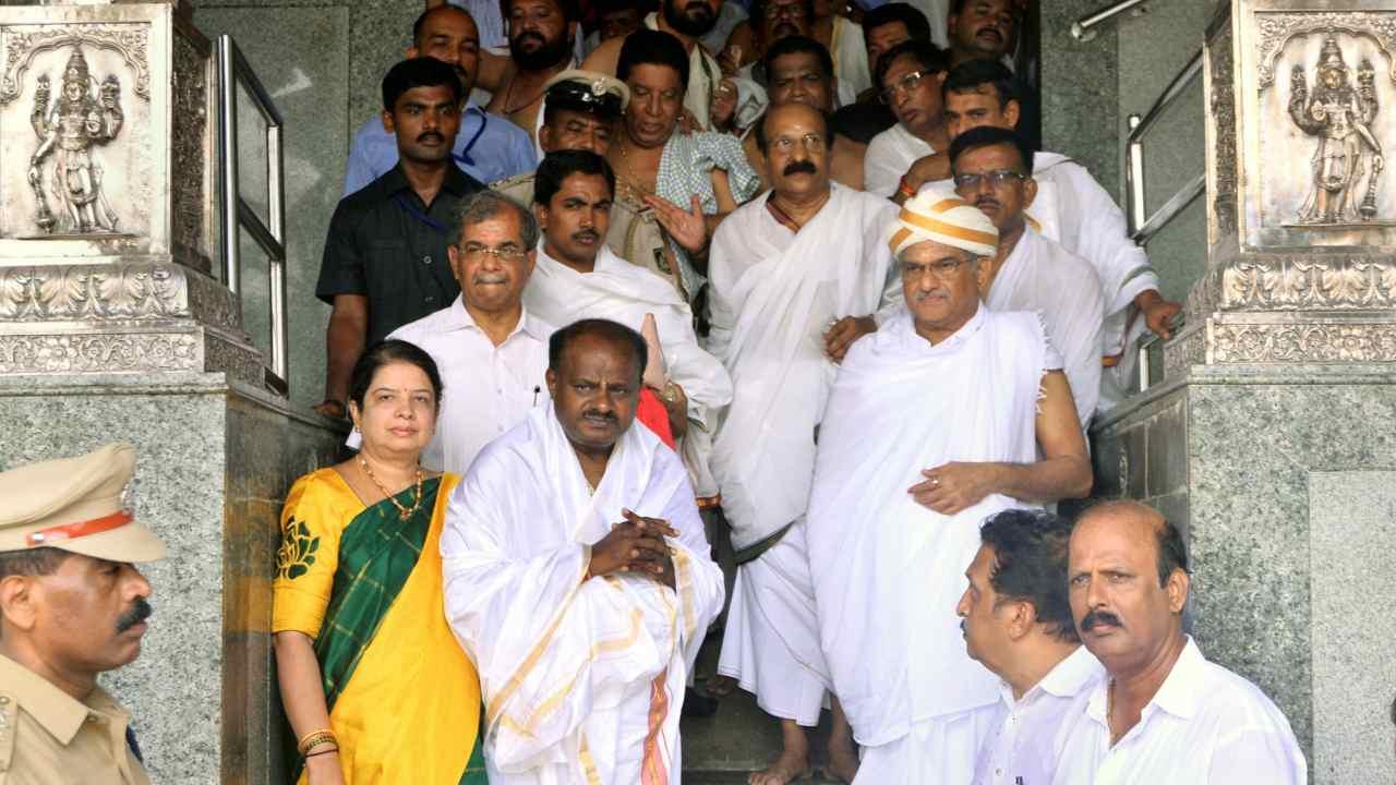 JD(S) leader and Karnataka chief minister-designate H D Kumaraswamy visits Manjunatha Swamy temple, ahead of the swearing-in ceremony, at Kshetra Dharmasthala in Dharmasthala, Karnataka. (PTI)