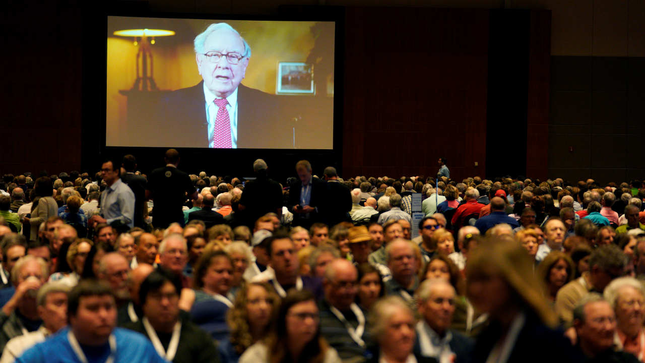 The high-point of the event is marked by the attendance of scores of Warren Buffet admirers and Berkshire investors who line up for hours before finally gathering at the exhibition space to hear the Berkshire CEO's speech. (Image: Reuters)