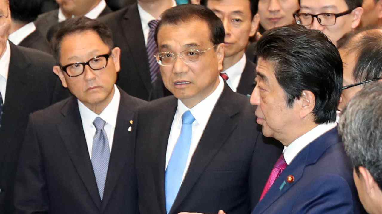 China's Premier Li Keqiang, Japan's Prime Minister Shinzo Abe and Toyota Motor Corp President Akio Toyoda visit a plant of Toyota Motor Hokkaido, Inc in Tomakomai, on Japan's northern island of Hokkaido. (Reuters)