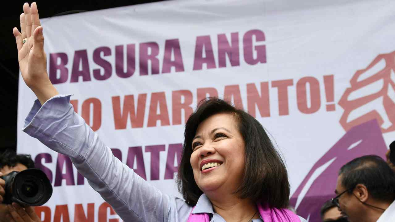 Ousted Philippine Supreme Court Justice Maria Lourdes Sereno waves to supporters at a rally outside the Supreme Court building on Taft Avenue, metro Manila, Philippines. (Reuters)