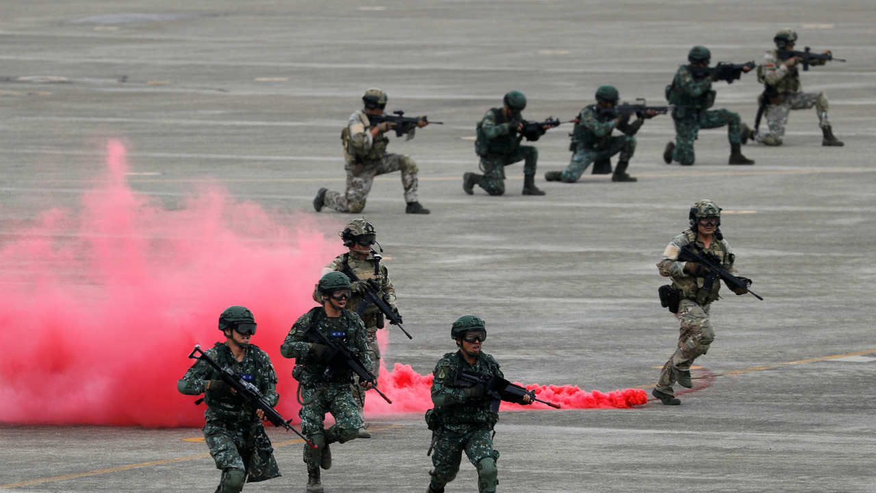 Soldiers takes part in Han Kuang military drill simulating the China's People's Liberation Army (PLA) invading the island, at Ching Chuan Kang Air Base, in Taichung, Taiwan. (REUTERS)