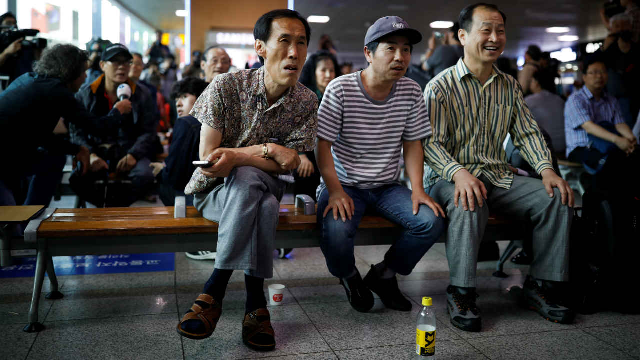 People watch a TV broadcasting a news report on summit between the U.S. and North Korea, in Seoul, South Korea. (Image: Reuters)