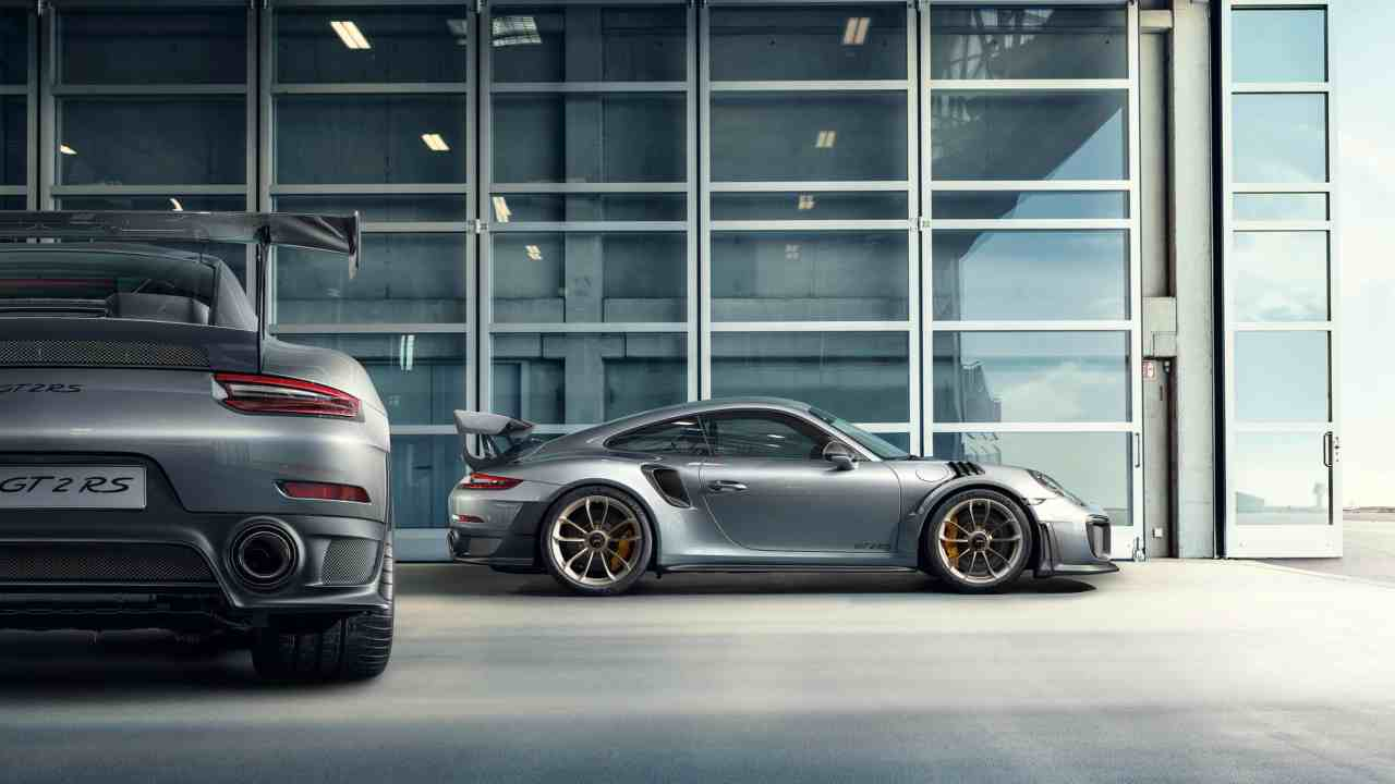 Based on the extra-wide body of the 911 Turbo, the vehicle's outer body is made of carbon composite, making it lighter. All chassis points have been replaced by ball joints, ensuring an extremely rigid connection between chassis and body.