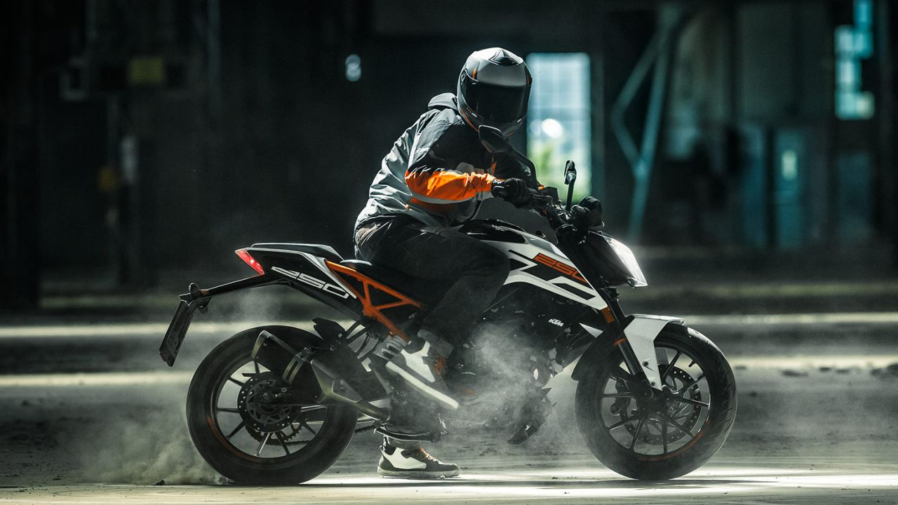 KTM Duke 250 |The Duke 250 was launched in 2017 to fill up the space left between the 200 and the 390. In essence, the 250 is a parts-bin, but it is something you can dismiss. While the metres, tyres, brakes and electronics come from the Duke 200, the engine, styling, frame and suspension comes from its 390 sibling. The engine is based on the new 390 and is a 250 cc producing 30 PS of power, 24 Nm of peak torque and reaches a top speed of 138 km/h. It is priced at Rs 1.77 lakh (ex-showroom, Delhi). (Image source: KTM website)